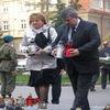 Ełczanie zapalili znicze i złożyli kwiaty pod obeliskiem marszałka Józefa Piłsudskiego