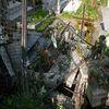 Zniszczony płot i nagrobki na cmentarzu w Grodzicznie