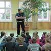 Policjanci uczą pierwszoklasistów z Mławy bezpieczeństwa na drodze