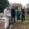 Więźniowie z iławskiego Zakładu Karnego sprzątają cmentarz