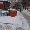Śmieci przed kontenerem