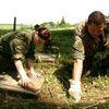 Niemieccy żołnierze porządkują cmentarze