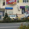 Żółte barierki w centrum miasta