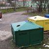 Bałagan wokól śmietnika osiedlowego